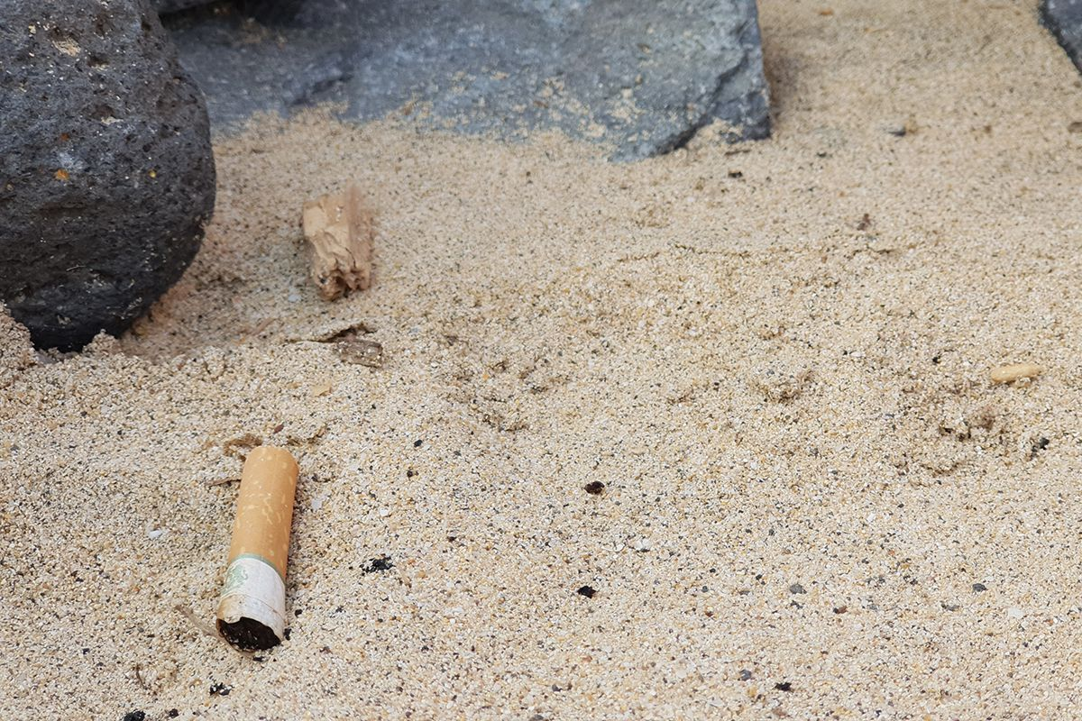 basura playa cigarro colilla-mar-Esquinzo Butihondo-fuerteventura